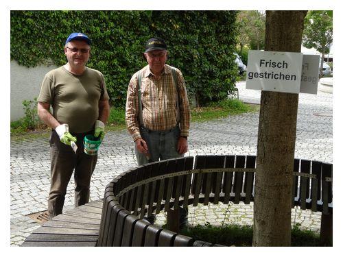 Krieger und Soldatenverein KSV-Zeitlarn: KSV-Zeitlarn streicht die Rundbank vor dem Pfarrheim